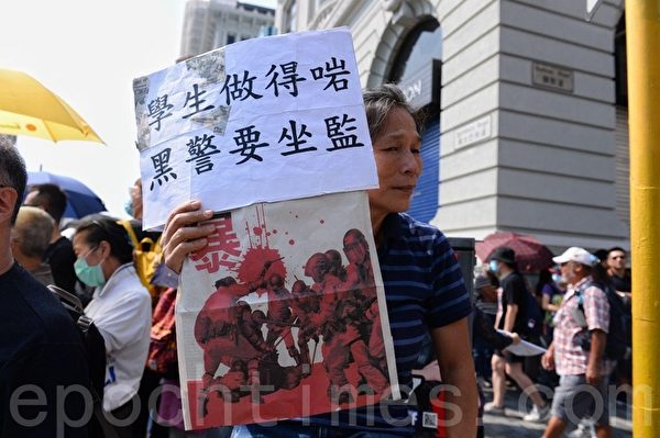 2019年10月20日,香港九龍大遊行,市民步行到尖沙咀參加遊行,人數眾多,已佔據大半彌敦道。圖為民眾拿著標語。(梁珍/大紀元)