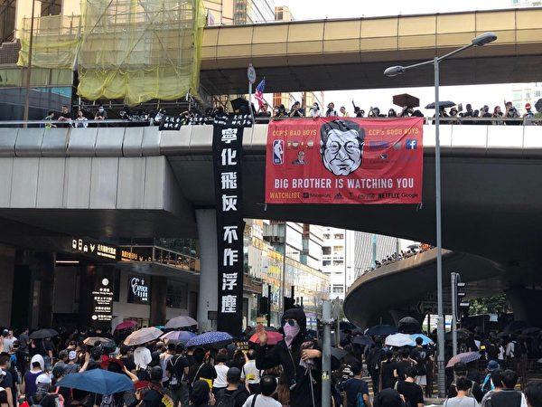 2019年10月20日,香港九龍大遊行,市民步行到尖沙咀參加遊行。圖為天橋掛著「寧化飛灰 不做浮塵」標語。(宋碧龍/大紀元)