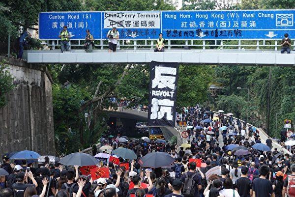 2019年10月20日,香港九龍大遊行,市民步行到尖沙咀參加遊行。圖為天橋掛著「反抗」標語。(宋碧龍/大紀元)