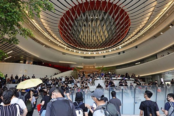 2019年10月20日,香港九龍大遊行,市民遊行到戲曲中心。(宋碧龍/大紀元)