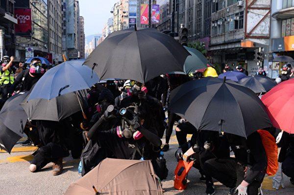 2019年10月20日,香港九龍大遊行,警方於尖沙咀警署對外發射幾發催淚彈。(宋碧龍/大紀元)