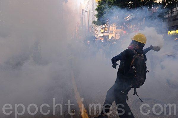 【更新】35万港人九龙游行 警狂射催泪弹