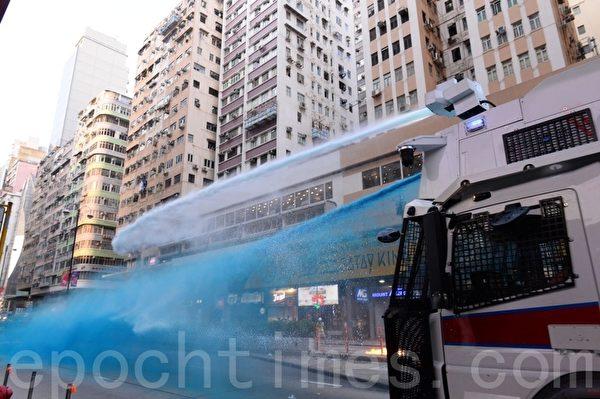 2019年10月20日,裝甲車及水炮車沿彌敦道駛至亞皆老街十字路口,發射催淚彈,噴射藍色水劑。(宋碧龍/大紀元)