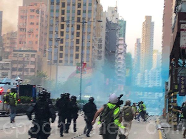 2019年10月20日,水炮車在彌敦道弼街噴射藍色水劑。(余天祐/大紀元)