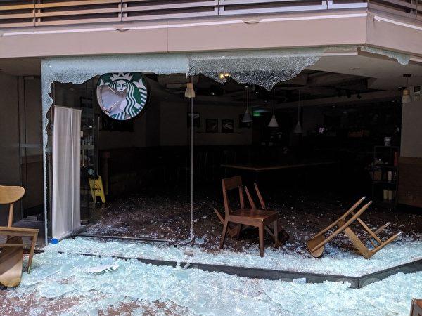 2019年10月20日,在長沙灣廣場Starbucks被破壞。(黃曉翔/大紀元)