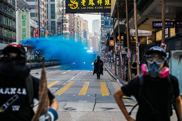 2019年10月20日,九龍區大遊行水炮車在尖沙咀噴射藍色水劑驅散民眾。(DALE DE LA REY/AFP via Getty Images)