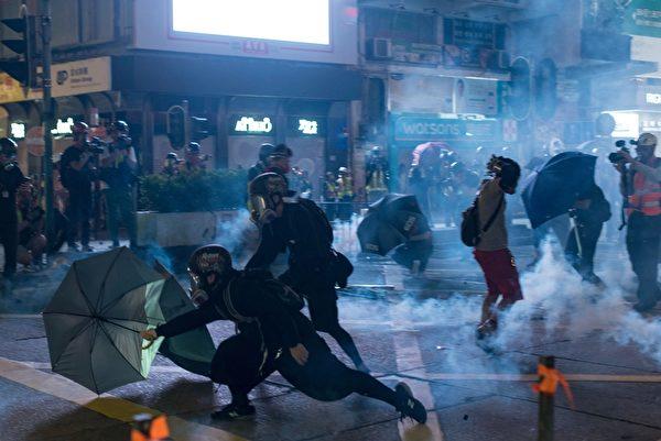2019年10月20日,九龍區大遊行,在旺角警察向抗爭者發射催淚彈。(PHILIP FONG/AFP via Getty Images)