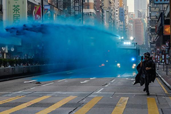 2019年10月20日,九龍區大遊行,水炮車在尖沙咀噴射藍色水劑驅散民眾。(DALE DE LA REY/AFP via Getty Images)