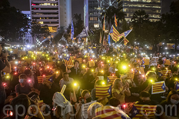 2019年10月24日晚,香港民眾於中環遮打花園發起「香港加泰人權自由集會」,聲援加泰隆尼亞人爭取自由和人權。圖為民眾高舉手機燈光及象徵加泰隆尼亞共和國的星條旗表達聲援。(余鋼/大紀元)