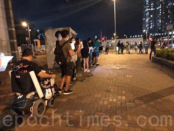 2019年10月25日晚上,香港市民在將軍澳舉行「陳彥霖走過最後的路」人鏈活動,人鏈由香港知專設計學院延伸至調景嶺海濱。(葉依帆/大紀元)