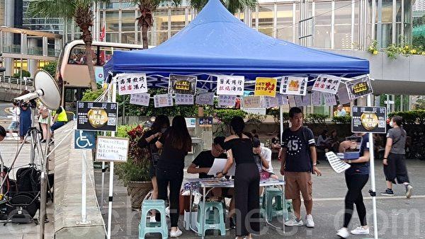 2019年10月26日,香港民眾在遮打花園舉行醫護人員集會,反警暴力。(駱亞/大紀元)