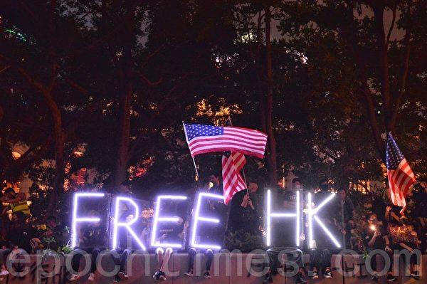 2019年10月26日,香港民眾在遮打花園舉行醫護人員集會,反警暴力。圖為燈光「FREE HK」。(宋碧龍/大紀元)