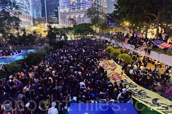 2019年10月26日,香港民眾在遮打花園舉行醫護人員集會,反警暴力。(宋碧龍/大紀元)