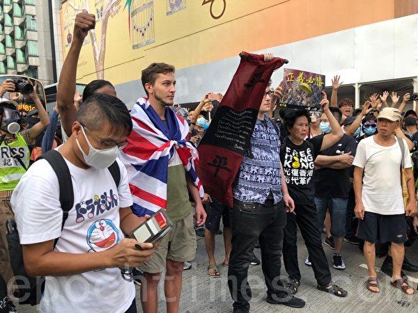 2019年10月27日,香港民眾下午三時在尖沙咀梳士巴利花園集會,追究警方使用暴力。(梁珍/大紀元)