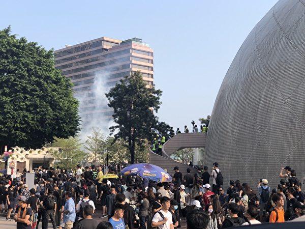 2019年10月27日,香港民眾準備從梳士巴利花園起步遊行,追究警方使用暴力。圖為防暴警察在梳士巴利花園外發射催淚彈。(余天祐/大紀元)