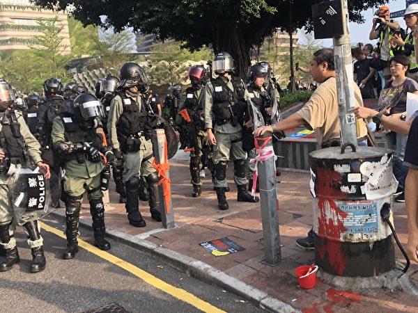 2019年10月27日,香港民眾準備從梳士巴利花園起步遊行,追究警方使用暴力。圖為警察與民眾對峙。(余天祐/大紀元)