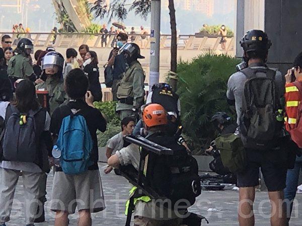 2019年10月27日,香港民眾從梳士巴利花園遊行,追究警方使用暴力。圖為警察在重慶大廈攔截。(余天祐/大紀元)