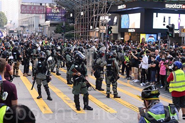 2019年10月27日,香港民眾從梳士巴利花園遊行,追究警方使用暴力。圖為防暴警察在海防道彌敦道佈防。(余天祐/大紀元)