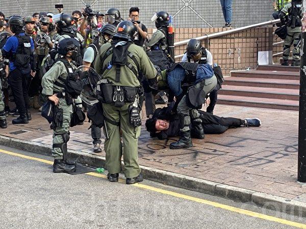 2019年10月27日,香港民眾從梳士巴利花園遊行,追究警方使用暴力。圖為防暴警察半島酒店一位青年被捕。(文瀚林/大紀元)