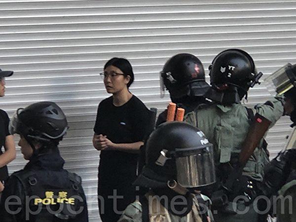 2019年10月27日,香港民眾從梳士巴利花園遊行,追究警方使用暴力。警察在海防道至尖沙咀警署大截查市民。(余天祐/大紀元)
