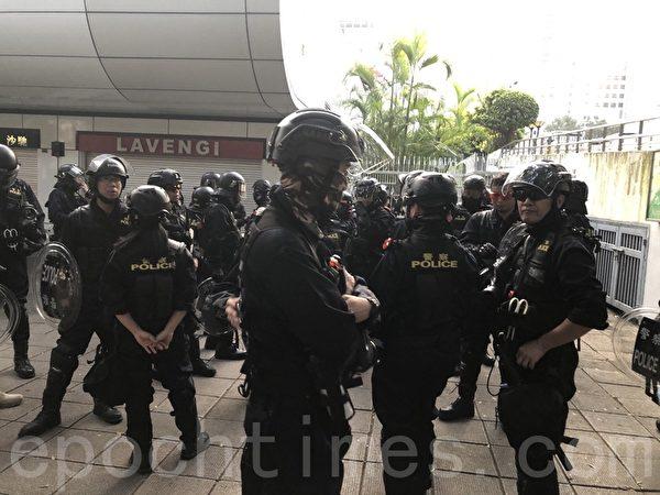 2019年10月27日,香港民眾從梳士巴利花園遊行,追究警方使用暴力。尖沙咀大量速龍。(余天祐/大紀元)