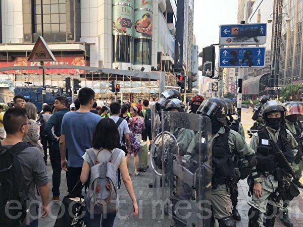 2019年10月27日,香港民眾從梳士巴利花園遊行,大量警察佈防在柯士甸道彌敦道。(余天祐/大紀元)