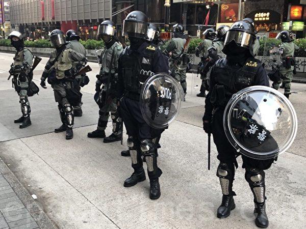 2019年10月27日,香港民眾從梳士巴利花園遊行,追究警方使用暴力。大量警察佈防在柯士甸道彌敦道。(余天祐/大紀元)