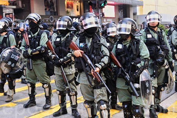 2019年10月27日,香港民眾從梳士巴利花園遊行,追究警方使用暴力。防暴警察在彌敦道。(宋碧龍/大紀元)