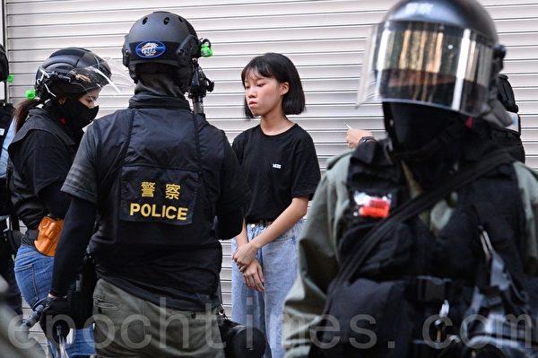 2019年10月27日,香港民眾從梳士巴利花園遊行,追究警方使用暴力。2位被逮捕搜查後被釋放。(宋碧龍/大紀元)