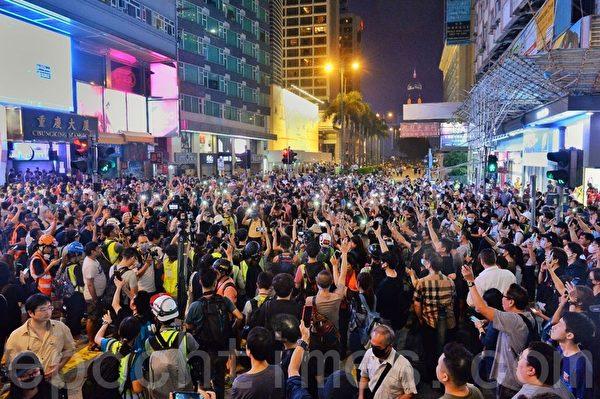 2019年10月27日,香港民眾從梳士巴利花園遊行,追究警方使用暴力。尖沙咀彌敦道燈海。(宋碧龍/大紀元)