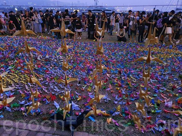 2019年10月27日,觀塘海濱花園數百人在海濱公園聚集及摺紙鶴追悼會,悼念香港反送中受傷或死去的香港人。入夜,現場一景。(孫明國/大紀元)