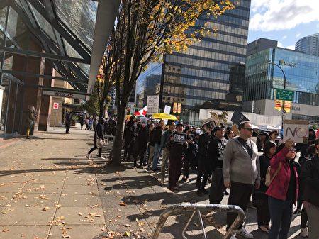 2019年9月29日,溫哥華「全球抗暴、對抗極權」集會之後,大約2500人在市中心遊行,終點是卑詩法院。(王昱莎/大紀元)