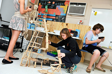 Rainard學校學生動手參與不同的項目,在實踐中享受學習的樂趣。