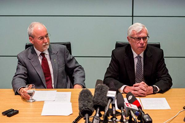 卑诗省议会秘书詹姆斯(Craig James)和议会警卫官盖瑞‧兰斯(Gary Lenz,左)在去年就被留薪停职举行记者会。(加通社)