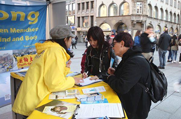 民眾簽名聲援法輪功學員反迫害。(明慧網)