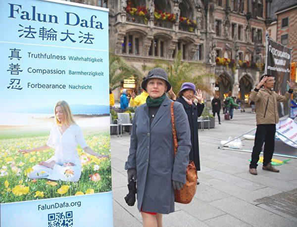 10月5日,瑪蒂娜・馬果涅德維瓦(Madina Magomedova)女士感歎於法輪功學員煉功的和平場景。(明慧網)