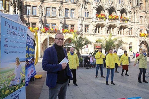 10月3日,教師本哈德・皮力茨(Bernhard Pilz)先生在慕尼黑瑪琳廣場。(明慧網)