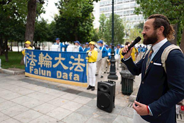 法輪功學員代表在雅典憲法廣場上用希臘文和英文向民眾介紹法輪功和歐洲天國樂團。(明慧網)