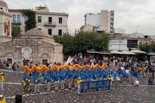 歐洲天國樂團在蒙納斯提拉奇廣場上演奏。(明慧網)
