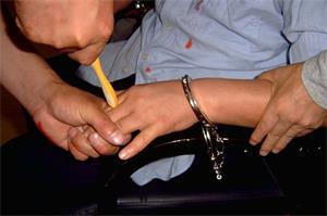 酷刑演示:用牙刷或筆鑽指縫。(明慧網)