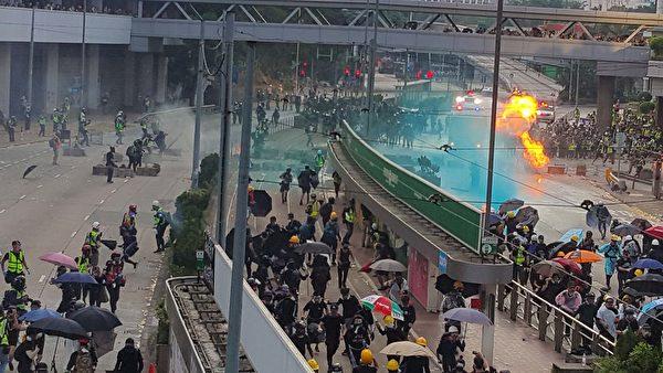 2019年10月1曰,香港金鐘,警方用水炮車和煙霧彈驅趕民眾,被驅趕民眾丟擲汽油彈。(林志龍/大紀元)