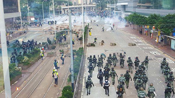 2019年10月1曰,香港金鐘,警方用水炮車和煙霧彈驅趕民眾。(林志龍/大紀元)