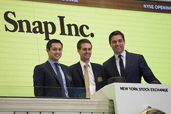 圖為2017年3月2日Snapchat的聯合創辦人鮑比・墨菲(左,Bobby Murphy)和埃文・斯皮格爾(中,Evan Spiegel)在紐約證券交易所(NYSE)總裁(右,Thomas Farley)陪同下參加敲鐘儀式。(Drew Angerer/Getty Images)