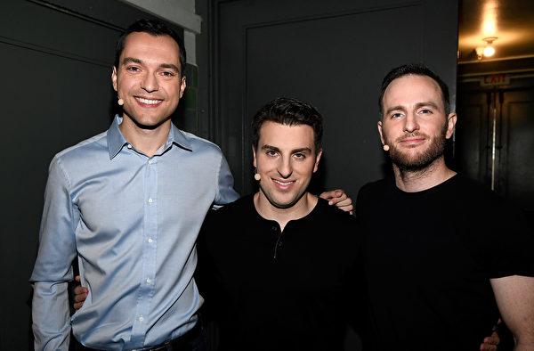 圖為2016年11月17日,Airbnb三位聯合創辦人在三藩市參加活動合照。自左至右分別為CTO內森・布勒查奇克、CEO布萊恩・切斯基和產品副總裁喬・吉比亞。(Frazer Harrison/Getty Images for Airbnb)