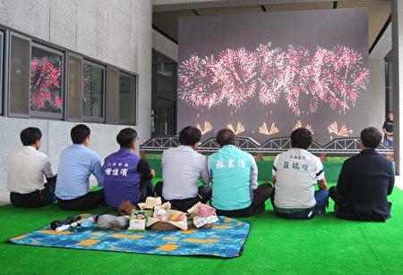 今年國慶焰火在屏東舉辦,施放42分鐘史上最長,並結合台灣交響樂團現場演出,屏縣府3日播放焰火模擬動畫,邀請全國民眾,雙十連假到屏東觀賞焰火。