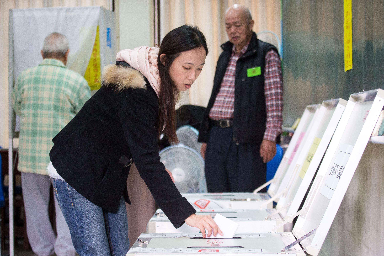 台灣總統、立委選舉今天投開票,各地投票正在緊鑼密鼓地進行著,多處投票所出現違規事件。(陳柏州/大紀元)