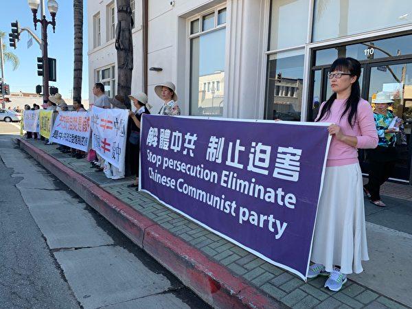 法輪功學員築起「真相長城」,很多路過的行人都接過有關中共迫害法輪功的真相資料,還有人當場表示要退出中共黨、團、隊組織。(姜琳達/大紀元)