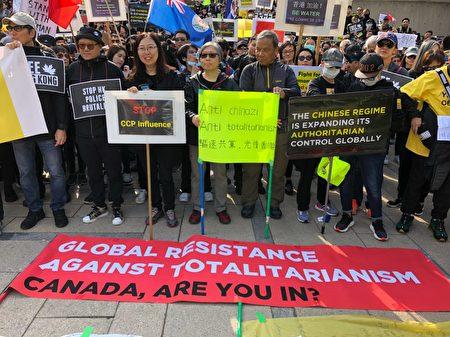 2019年9月29日,溫哥華「全球抗暴、對抗極權」集會之後,大約2500人在市中心遊行。遊行到達終點卑詩法院後,齊唱《願榮光歸香港》。(王昱莎/大紀元)