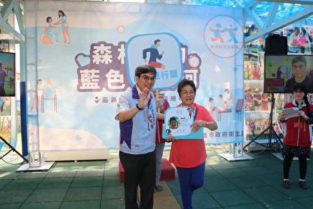 長輩陳李欣獲得虎步龍行獎,順勢表演金雞獨立受獎姿勢,表示來此受訓很有效。