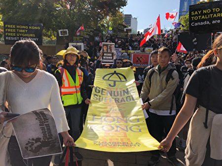 2019年9月29日,溫哥華「全球抗暴、對抗極權」集會之後,大約2500人在市中心遊行。遊行到達終點卑詩法院後,齊唱〈願榮光歸香港〉。(王昱莎/大紀元)